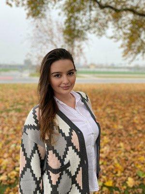 Die junge Studentin des Teams Live Better steht vor einem herbstlichen Baum
