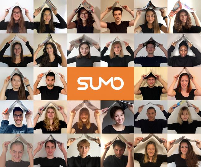 Collage von Fotos von Studierenden mit dem SUMO Magazin, aufgeklappt über ihrem Kopf