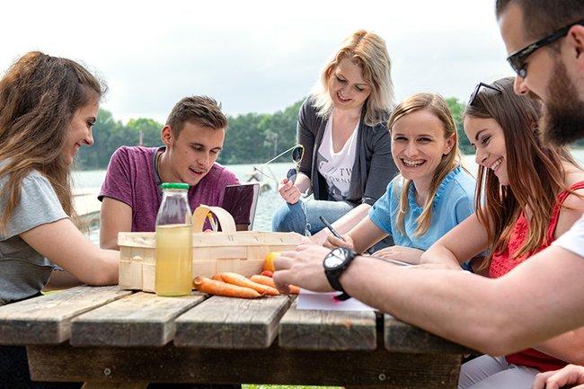 Studierende am See 2