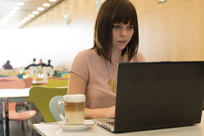 Studentin am Laptop