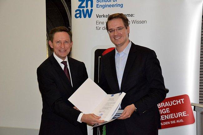 Otfried Knoll überreicht dem Jahrgangsbesten Marcel Jelitto das Diplom