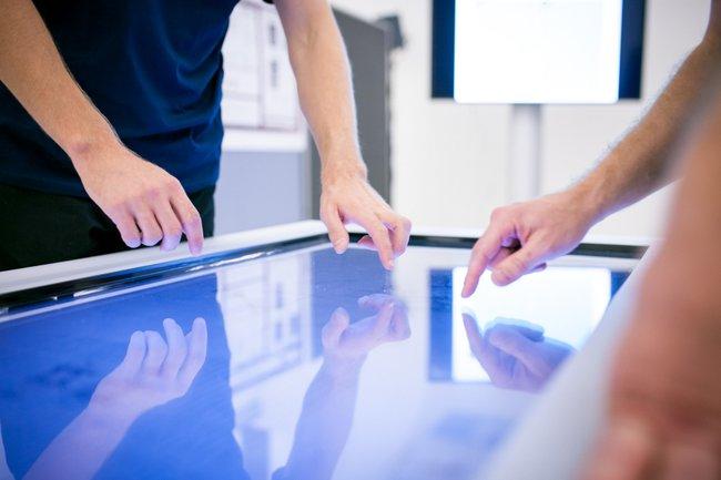 Menschen an einem Touchscreen