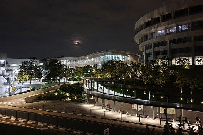 Singapur-Campus-bei-Nacht.jpg