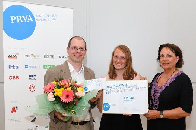 Die Freude über den 1. Platz beim Franz-Bogner-Wissenschaftspreis für PR war groß (v.l.n.r.): Harald Wimmer (Studiengangsleiter Master Digital Marketing und Kommunikation), Janina Hofmann (Absolventin und Siegerin) und Sabine Fichtinger (Lehrgangsleiterin PR & Kommunikationsmanagement)