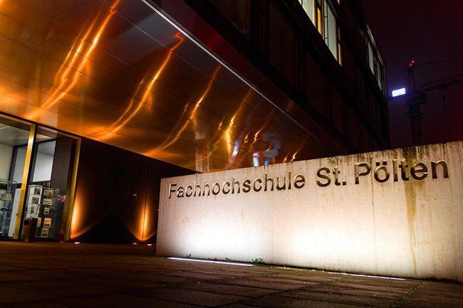 Das Hauptgebäude der FH St. Pölten wurde orange beleuchtet