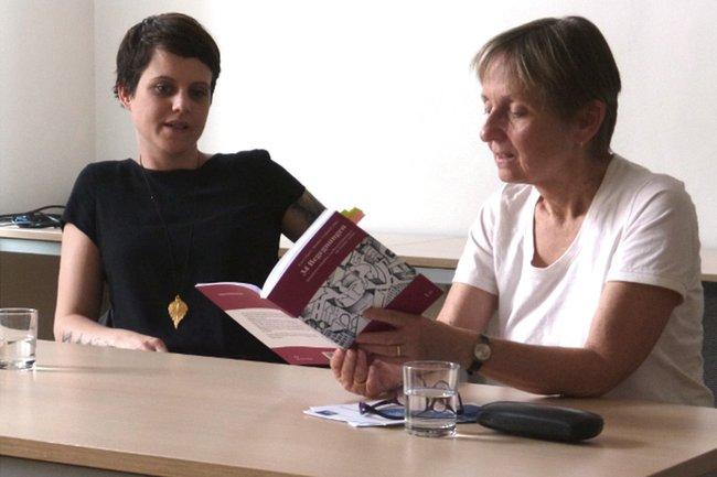 """Eva Grigori und Monika Vyslouzil bei der Präsentation des Buches """"34 Begegnungen - KlientInnen berichten von ihren Erfahrungen mit sozialer Arbeit"""""""