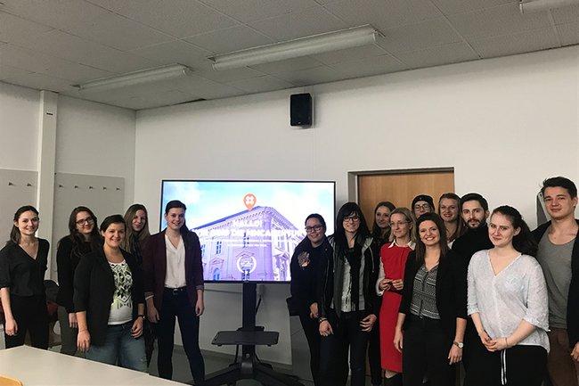 Absolventin und Gastvortragende Katharina Glöckel zusammen mit den Studierenden des Bachelorstudiums Media- und Kommunikationsberatung