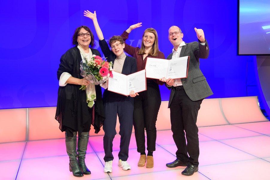Die Gewinnerinnen des Austrian Young PR Award mit Sabine Fichtinger (li.) und Studiengangsleiter Harald Wimmer (re.)