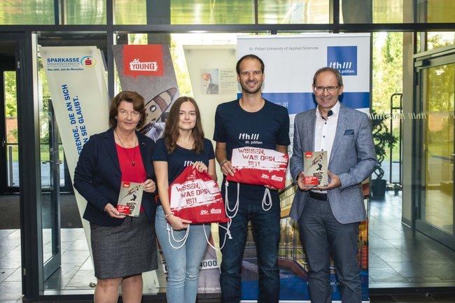 Vizepräsidentin der AK Niederösterreich Gerda Schilcher, Studierende Sophie Kleinhampl und Manuel Buxbaum, Geschäftsführer Gernot Kohl
