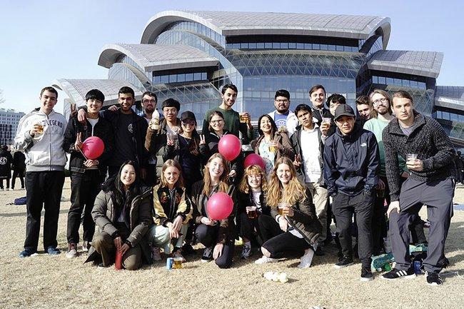 Paul Lackner gemeinsam mit anderen Austauschstudierenden vor der Samsung Library am Campus der SKKU in Suwon.