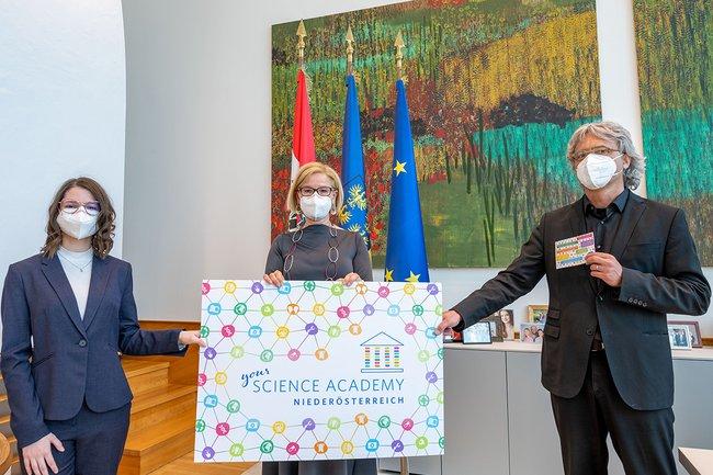 Kursteilnehmerin Florentina Sinnreich (v. l.), Landeshauptfrau Johanna Mikl-Leitner und Hannes Raffaseder