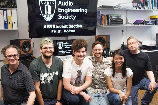 FH-Dozent Michael Iber, die Mitglieder des AES Student Section Committees, sowie FH-Dozent Andreas Büchele