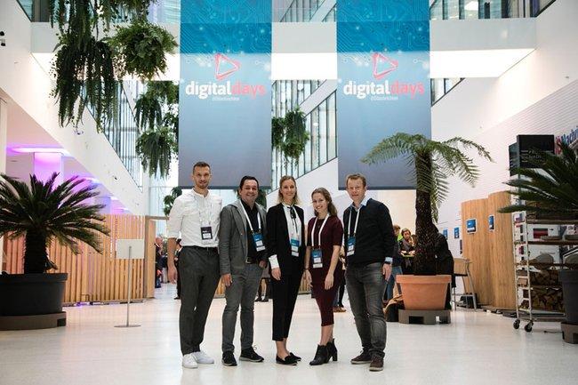 Gewinnerinnen der Digital Days-Freikarten mit FH-Dozent Max Eiselsberg