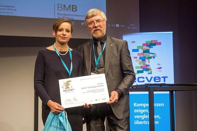 Katalin Szondy, Fachverantwortliche für Programmentwicklung und Innovation an der FH St. Pölten, und der ehemalige HTL-Direktor Johann Wiedlack nahmen die Auszeichnung entgegen.