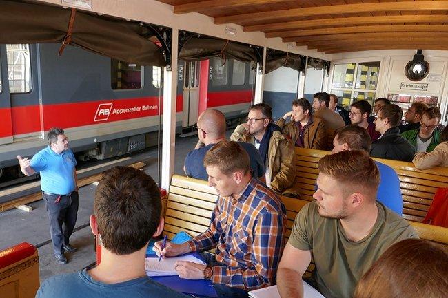 Exkursionsgruppe in der Remise der Achenseebahn