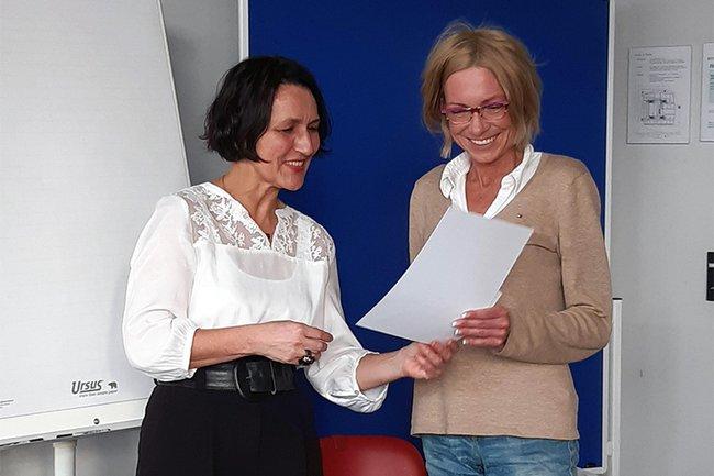 Christine Haselbacher und Seminarteilnehmerin Simone Pauser (Magistrat Krems) bei der Zertifikatsverleihung
