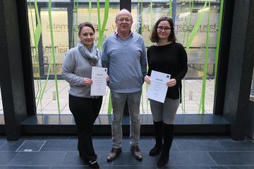 Zwei frischgebackene Mitglieder des Begabtenprogrammes aus dem Bachelorstudium Medienmanagement (Jahrgang 2016) zusammen mit Studiengangsleiter Ewald Volk.
