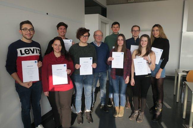 Die Übergabe der Urkunden an die Mitglieder des Begabtenprogramms erfolgte durch die Studiengangsleiter, hier durch Ewald Volk (Studiengangsleiter Bachelorstudium Medienmanagement).