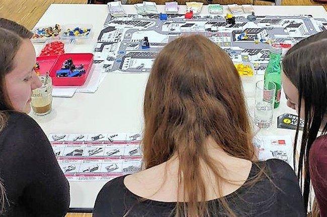 Studierende der Studiengänge Marketing & Kommunikation und Medienmanagement beim Planspiel der AK Niederösterreich