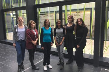 FH-Dozentin Barbara Klinser-Kammerzelt (3. von links) zusammen mit dem neuen Redaktionsteam der Studentinnen der Media- und Kommunikationsberatung.