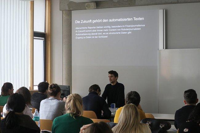 Alexander Fanta bei seinem Gastvortrag im Master Studiengang Wirtschafts- und Finanzkommunikation.