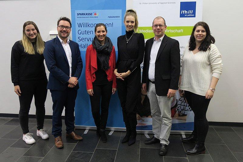 Raphael Murg von L'Oréal (2. von links) zusammen mit seinen Kolleginnen Katharina Winter (3. von links) und Giannina Jung (4. von links) sowie FH-Dozent Harald Wimmer (2. von rechts), und Studierenden des Studiengangs Media- und Kommunikationsberatung.