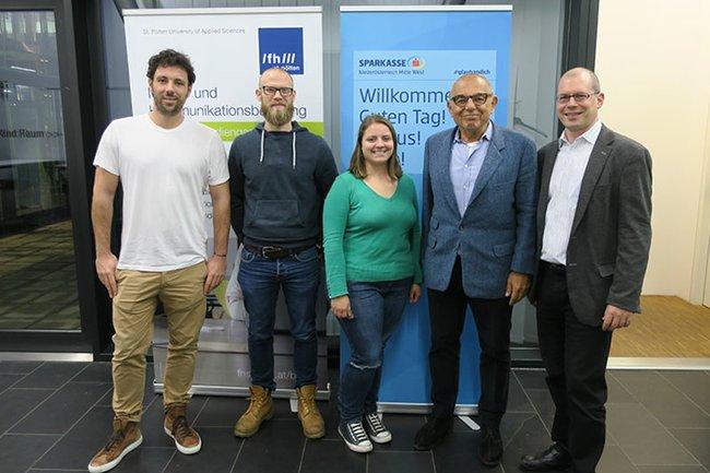 (v.l.n.r.): Marcello Demner, zwei Studierende der Media- und Kommunikationsberatung, Mariusz Jan Demner und Harald Wimmer (Studiengangsleiter Media- und Kommunikationsberatung MA)