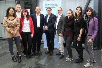 Johannes Angerer von der Medizinischen Universität Wien und Thomas Hotko von der Agentur Brainds zusammen mit FH-Dozent Harald Wimmer und Studierenden des Studiengangs Media- und Kommunikationsberatung