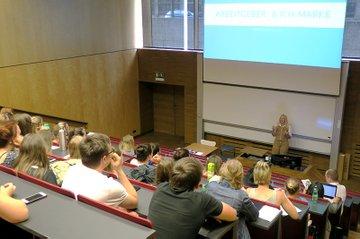 Martha Bousek (2. v. l.) und Harald Wimmer, stellvertretender Studiengangsleiter Media- und Kommunikationsberatung (rechts außen), mit Studierenden.
