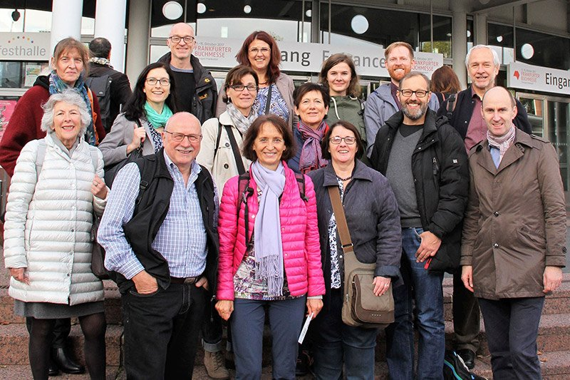 Zwölf BürgerwissenschaftlerInnen und drei ForscherInnen des Instituts für Medienwirtschaft der FH St. Pölten auf der Frankfurter Buchmesse.