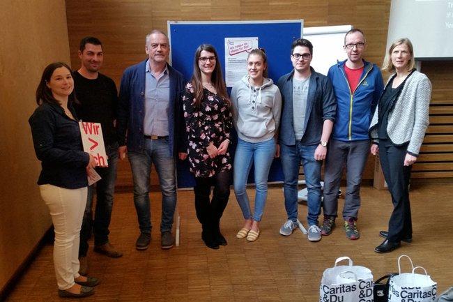 FH-Dozentin Roswitha Wimmer mit MitarbeiterInnen der Caritas und Studierenden