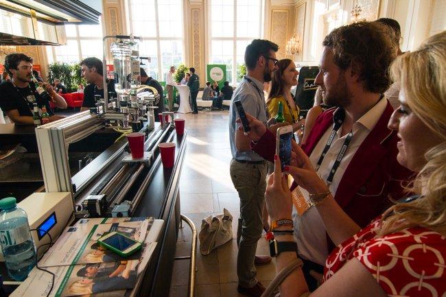 Der Cocktailroboter im Einsatz am Pioneers Festival 2017