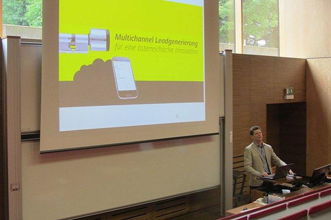 Martin Kernthaler, Vice President Marketing and Communications bei EVVA, bei seinem Gastvortrag an der FH St. Pölten.