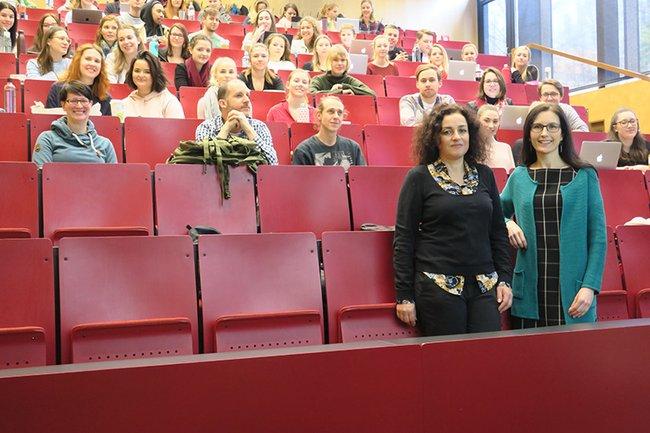 Die Gastvortragende Claudia Schäfer (links vorne) zusammen mit der Lehrveranstaltungs-Leiterin Astrid Ebner-Zarl (rechts vorne) und den Studierenden