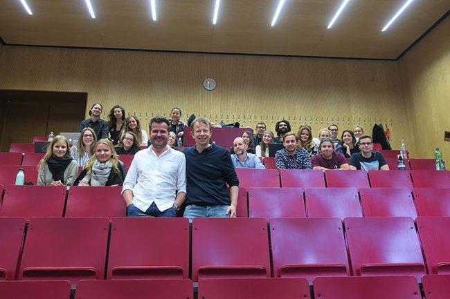 Markus Mazuran (vorne links) war zu Gast im Bachelor Studiengang Marketing & Kommunikation.