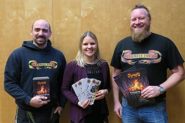 Die Dynamite Tours Geschäftsführer Johannes Trinkl und Christoph Schmudermayer mit FH-Dozentin Carina Havlicek