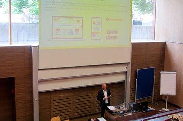 Franz Schopf (Vertriebsleiter Werbepost & International, Österreichische Post) bei seinem Gastvortrag im Bachelor Media- und Kommunikationsberatung.