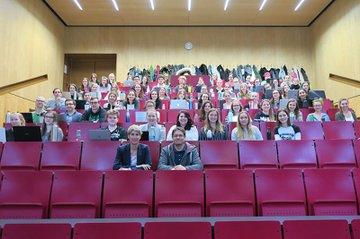 Die Studierenden im 4. Semester des Bachelorstudiums Media- und Kommunikationsberatung zusammen mit der Gastvortragenden Charlotte Hager (vorne links) und Studiengangsleiter Helmut Kammerzelt (vorne rechts).