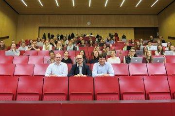 Die Studierenden der Media- und Kommunikationsberatung durften sich über einen Gastvortrag von Georg Praher, Leiter Marketing Würth und Mitglied der Expertgroup B2B des DMVÖ (auf dem Bild: 1. Reihe, Mitte), freuen.