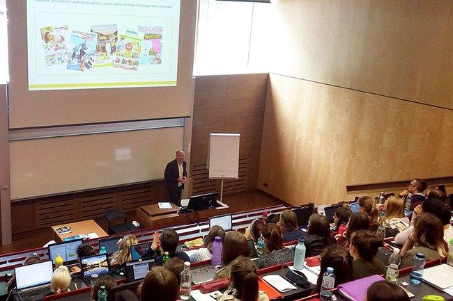 Franz Schopf berichtet den Studierenden von Entwicklungen im Werbepost-Sektor