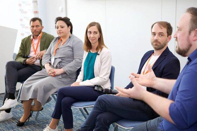 """Barbara Klinser-Kammerzelt (am Bild 3. von links), FH-Dozentin für Digitales Marketing im Department Medien & Wirtschaft, moderierte am Conference Day das Panel zur Frage """"Smart Data: Welche Daten sind wirklich wichtig?""""."""