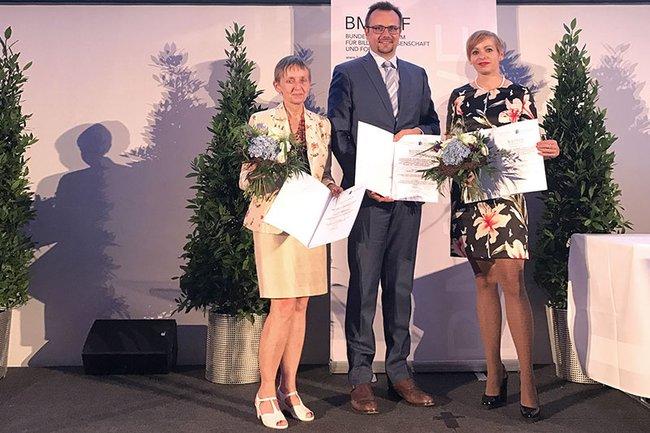 Kollegiumsleiterin Monika Vyslouzil (nahm die Auszeichnung stellvertretend für FH-Dozentin Anita Kidritsch entgegen), Studiengangsleiter Franz Fidler und Katalin Szondy (Programmentwicklung und Innovation)