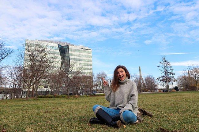 Lisa Seitelberger vor dem EF Gebäude in Boston.