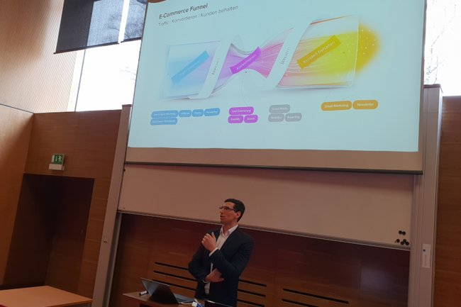 Die Studierenden des Bachelorstudiums Media- und Kommunikationsberatung erhielten einen Gastvortrag von Florian Hochmuth von Smarter Ecommerce.