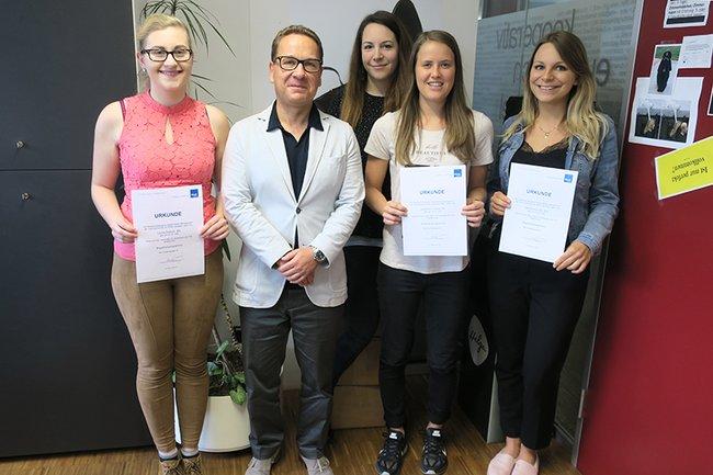 Die Studierenden des Begabtenprogramms im Masterstudium Digital Media Management zusammen mit Studiengangsleiter Michael Litschka.