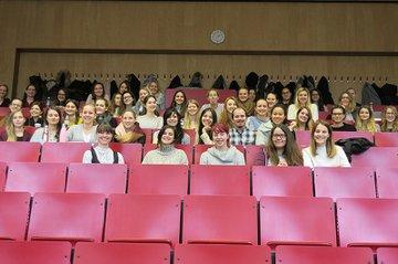 Die Studierenden der Media- und Kommunikationsberatung zusammen mit Gastreferentin Beatrix Treml und Lektorin Daniela Holzer