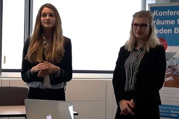 Melanie Schomann und Clara Kaindel, beide Studentinnen im Bachelor Studiengang Media- und Kommunikationsberatung, präsentierten ihr Kommunikationskonskonzept vor dem Auftraggeber TravelBird.