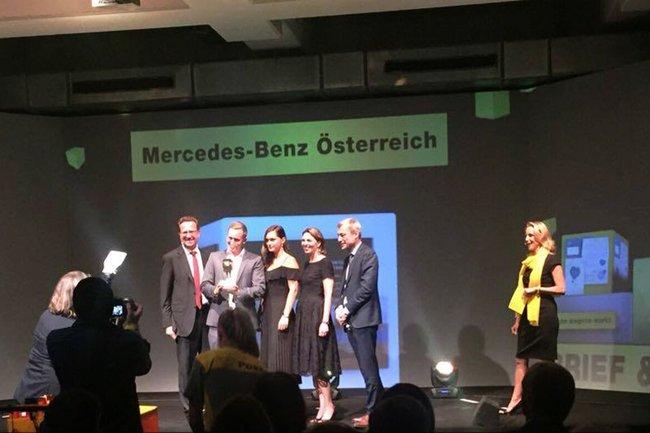 Absolventin des Bachelor Studiengangs Media- und Kommunikationsberatung Nina Berndorfer mit ihrem Team bei der Verleihung des Direct Mail Awards