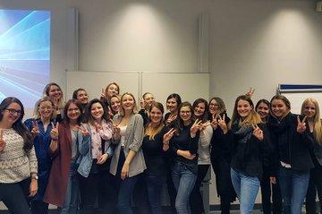 Die Studierenden der Media- und Kommunikationsberatung sind nach ihren erfolgreichen Abschlusspräsentationen im Praxislabor Eventmanagement sichtlich erleichtert.