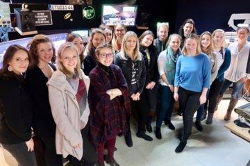 Im Rahmen einer Exkursion erhielten die StudentInnen des ersten Semesters im Lehrgang Eventmanagement tiefe Einblicke und Tipps zur Planung und zum Ablauf von Events von Ursula Hüttner, der Leiterin des renommierten Studio 44 der Österreichischen Lotterien.